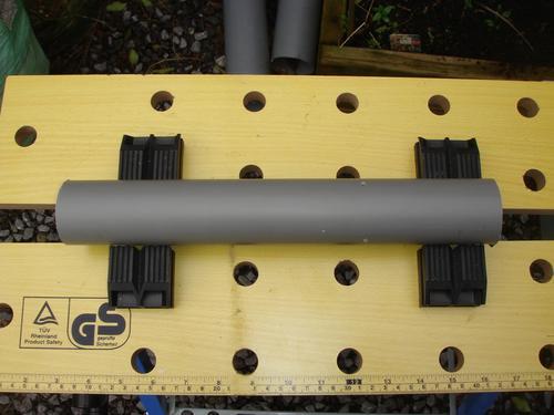 Tube PVC d'une longueur un peu supérieure au plus grand des tronçons de bambou